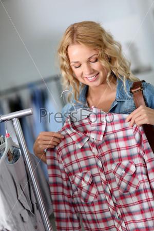 Привлекательная женщина в магазине