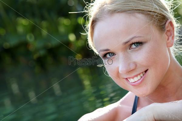Портрет красивой женщины в воде