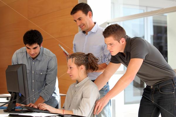 Группа студентов с учителем