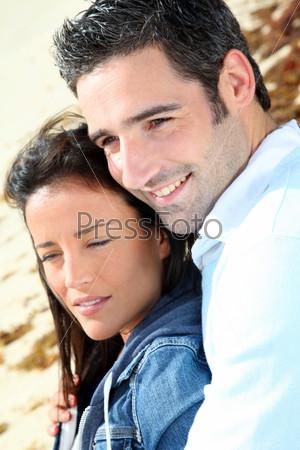 Пара на песчаном пляже