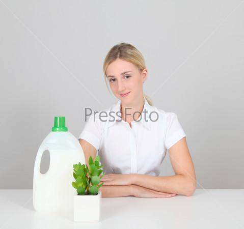 Женщина представляет стиральный порошок
