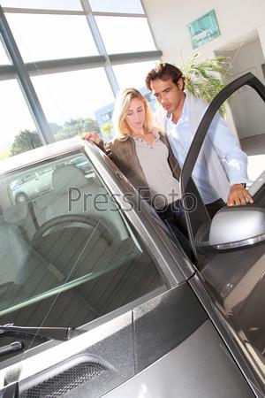 Пара ищет новый автомобиль