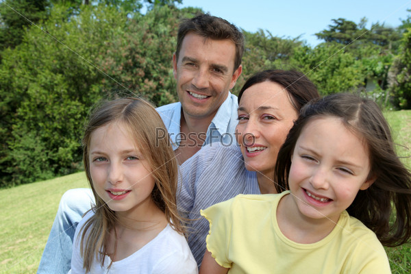 Портрет семьи в парке