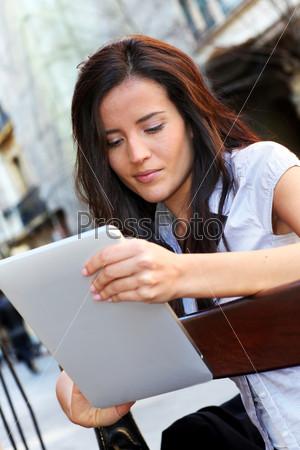Женщина, сидящая на скамейке