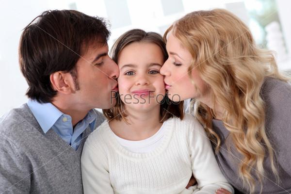 Портрет родителей, целующих дочь