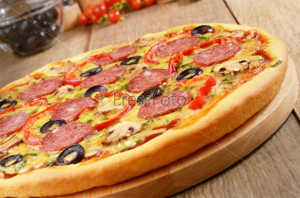 Пицца пеперони с вишней и паприкой