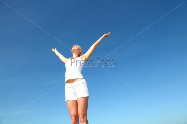 Женщина протягивает руки вверх