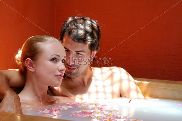 Пара в гидромассажной ванне
