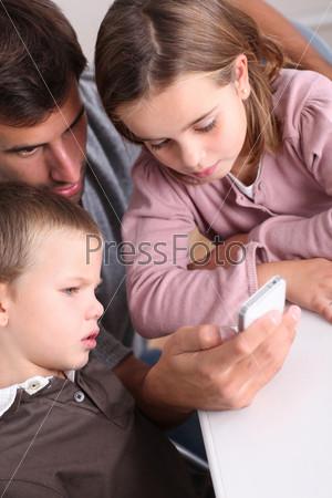 Отец и дети играют