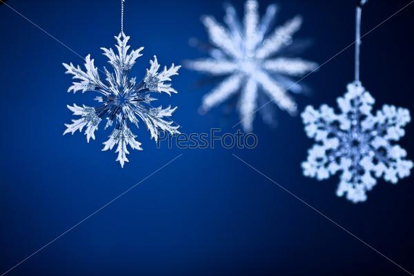 Красивые снежинки на голубом фоне