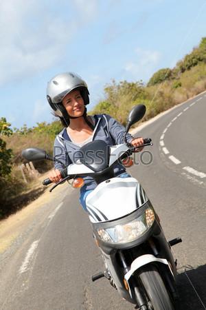 Молодая женщина на мотоцикле