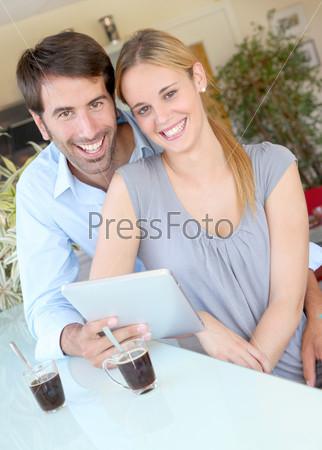 Счастливая молодая пара