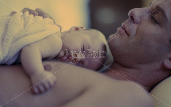 Смотреть видео молодая грудастая мать и сын пока отец спит