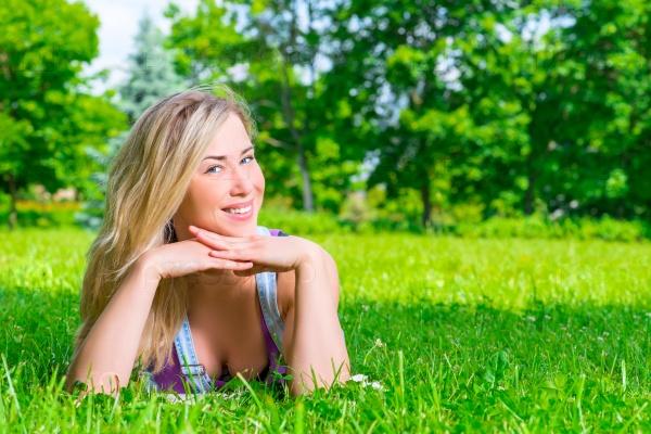 Девушка позирует лежа на траве фото фото 502-724