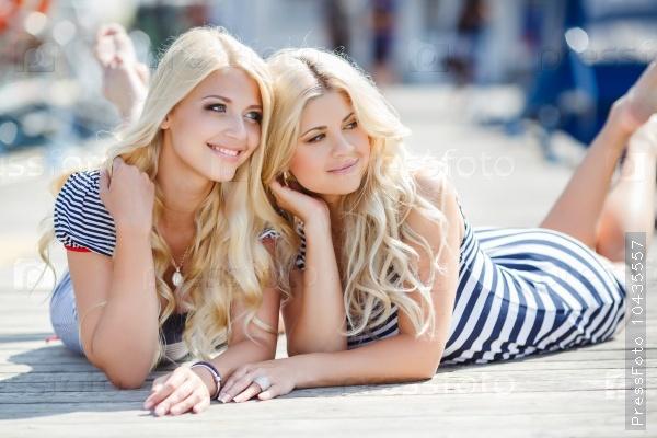 Привлекательные блондинки на причале