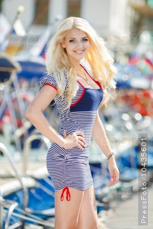 Красивая блондинка на набережной