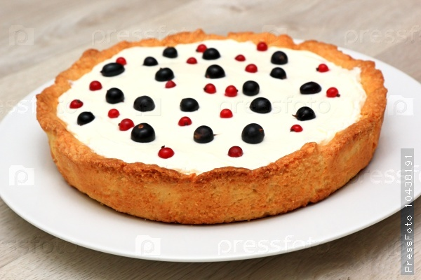 Berry tart: shortbread dough, a layer of black currant curd, whi