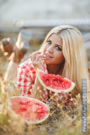 девушка блондинка с арбузом в руке