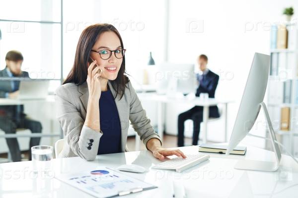 Девушка на работе разговаривает по телефону работу девушке 23 лет