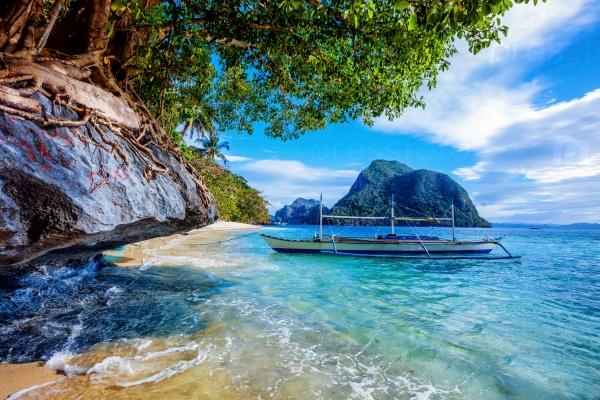 Лодка у побережья