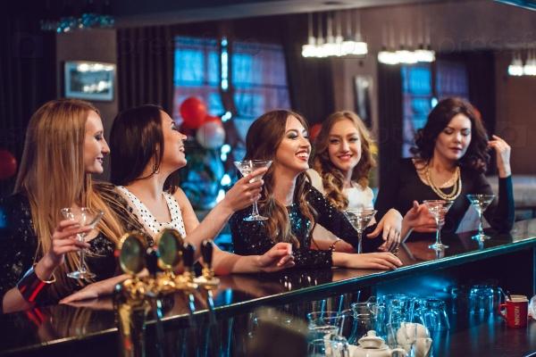 Красивые девушки в ночном клубе работа в гольф клубах москвы