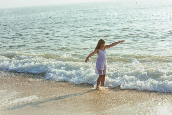 Красивая девушка на берегу океана
