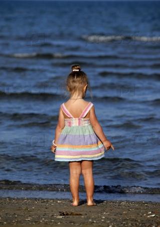 Маленькая девочка на пляже