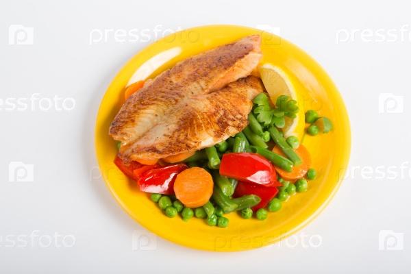 Жареное филе рыбы с овощным гарниром