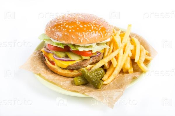Гамбургер с картофелем и соленьями