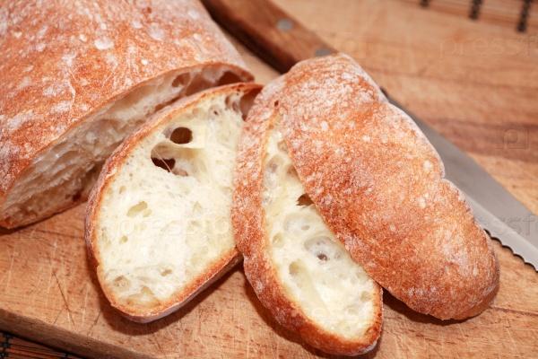 Нарезанный хлеб и нож