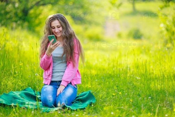 Веселая девушка с телефоном