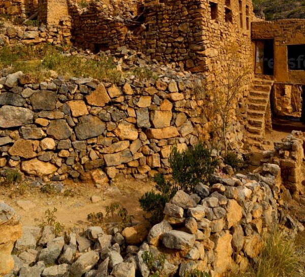 Стены заброшенной деревни