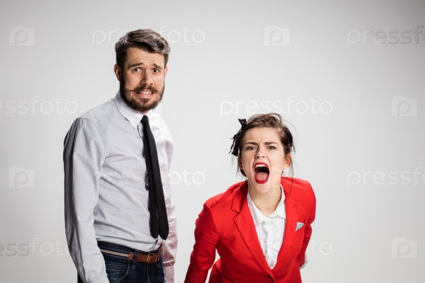 Эмоциональная молодая пара