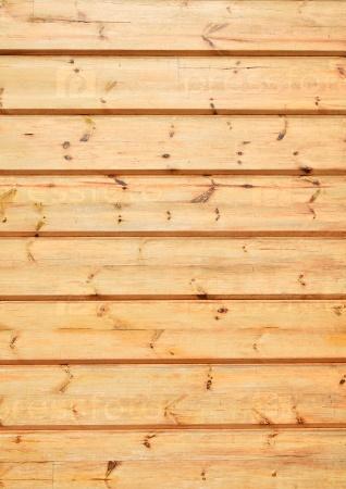 Неокрашенные деревянные стены