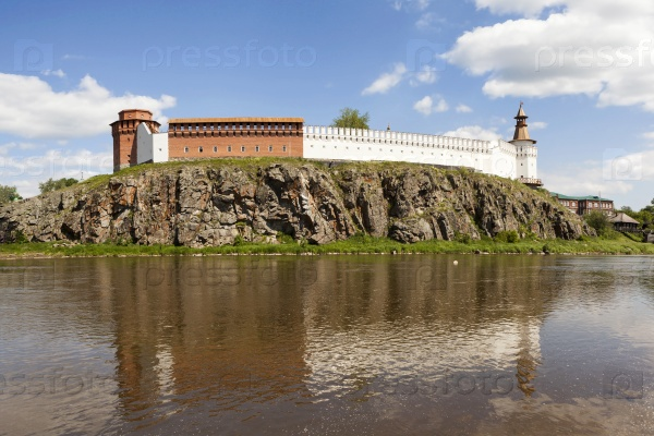 Верхотурский Кремль на берегу реки Тура