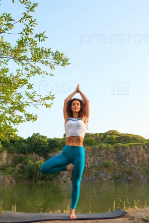 Йога на берегу озера