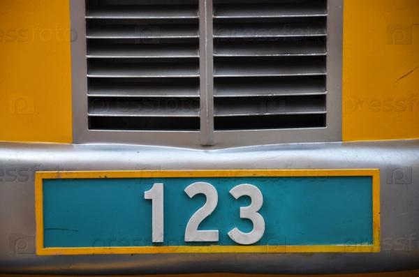 Номерная табличка с номером 123