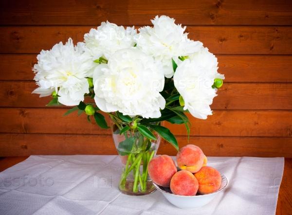 Букет из белых пионов и персики