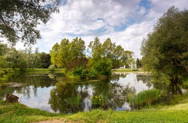 Живописный пруд в городском парке