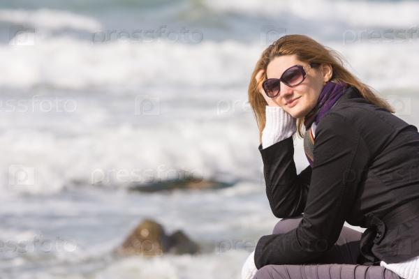 Счастливая девушка у моря
