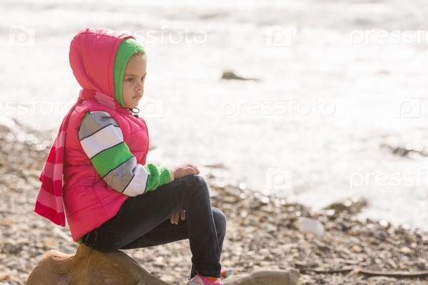 Задумчивая девочка у моря