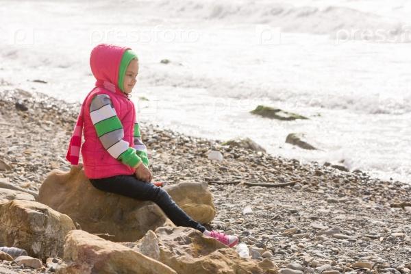 Счастливая девочка у моря