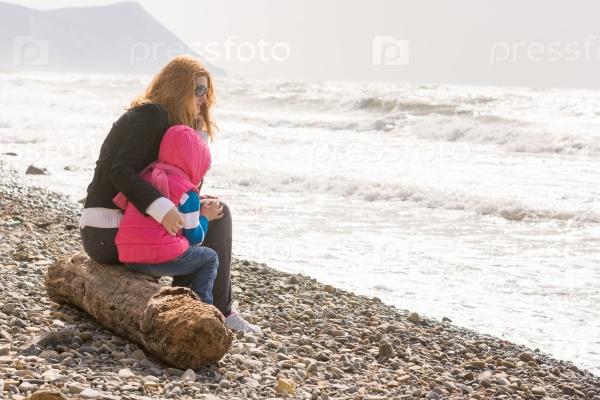 Мать и дочь у моря