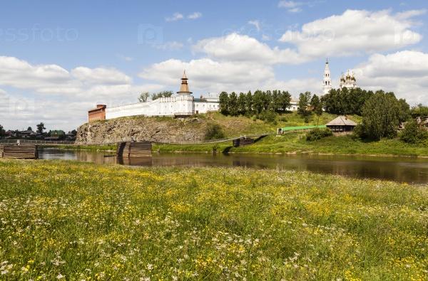 Верхотурский Кремль и висячий мост через реку Тура. Верхотурье. Россия