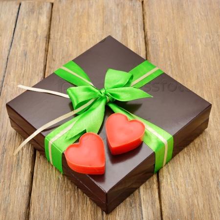 Подарочная коробка и сердца