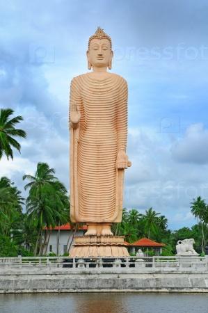 Статуя Будды в полный рост