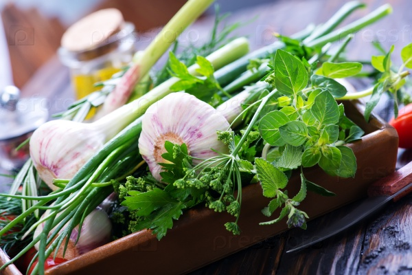 Чеснок и аромат травы