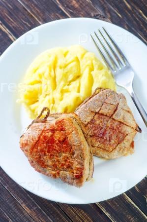Картофельное пюре и жареное мясо