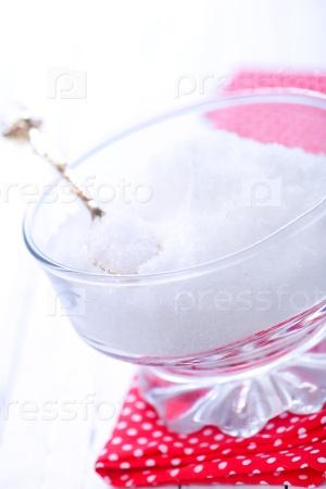 Белый сахар в стеклянной банке