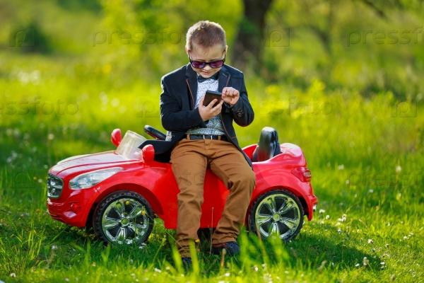 Мальчик с телефоном